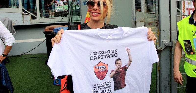 Ilary Blasi festeggia le 600 presenze di Totti con maglia e bacio.