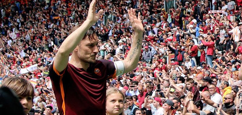 """""""Totti leggendario, 600 presenze in A con la Roma. L'Olimpico si inchina al suo capitano"""""""