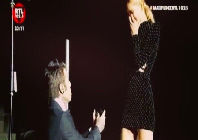 Fedez  chiede a Chiara Ferragni di sposarlo durante il concerto a Verona.