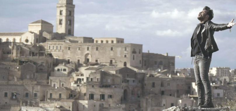 Fabrizio Moro duetta coi Sassi di Matera nel nuovo singolo La Felicità. Video