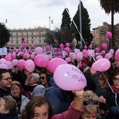 FlashMob, un mare di palloncini con i nomi delle vittime del femminicio. Da inizio anno114.