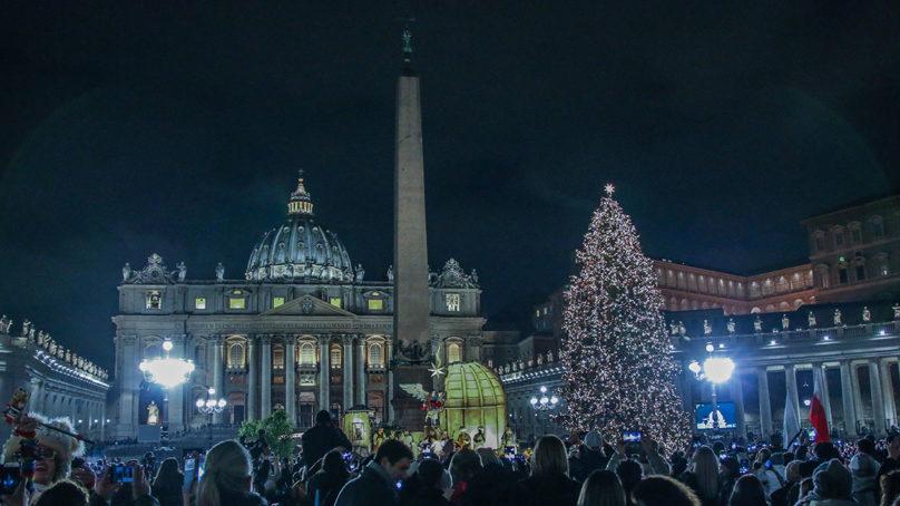 A Piazza San Pietro inaugurato il Presepe e acceso l'albero di Natale
