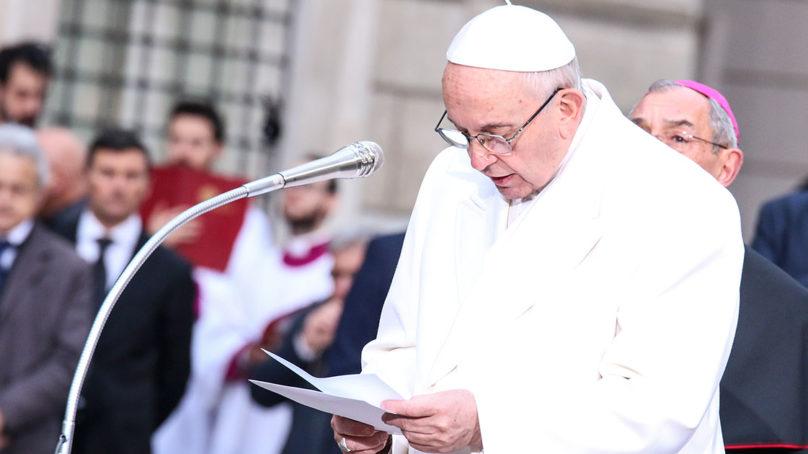 Papa Francesco a Piazza di Spagna rende omaggio all'Immacolata Vergine Maria