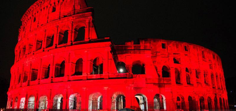 Video – Roma Colosseo si illumina di rosso come il sangue dei martiri cristiani