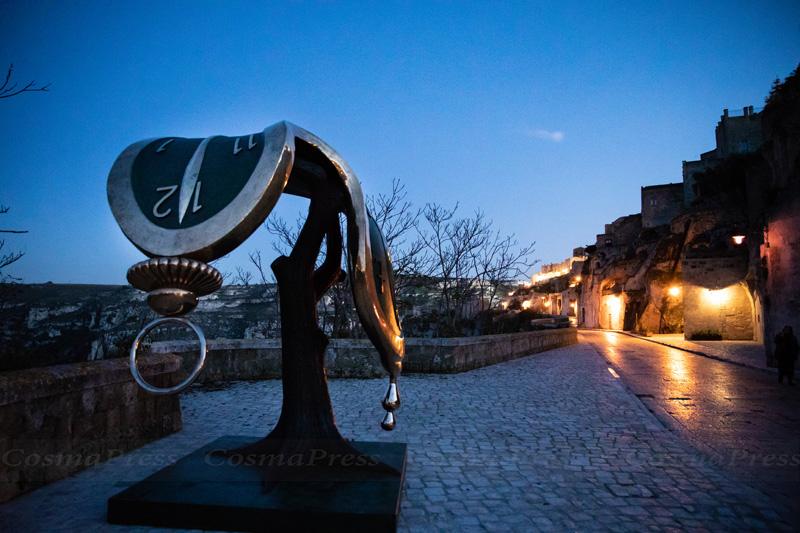 Mostra Dalì a Matera, Un orologio molle in via Madonna delle Virtù, nella strada che collega il Sasso Barisano al Sasso Caveoso