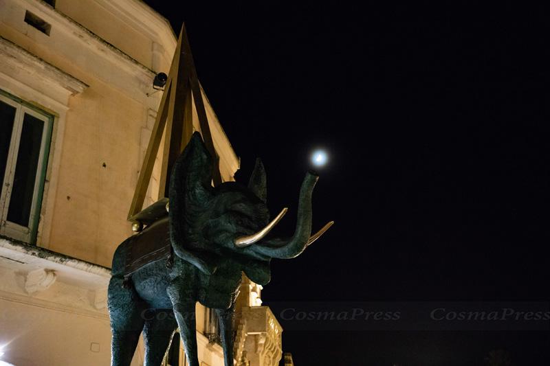 Mostra Dalì a Matera. un elefante spaziale all'incrocio tra piazza Vittorio Veneto e via San Biagio.