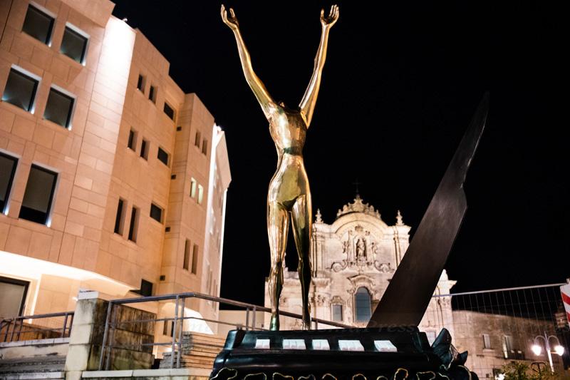 Mostra Dalì a Matera. un pianoforte in piazza San Francesco d'Assisi.