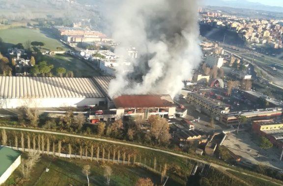Video – Roma, il rogo all'impianto rifiuti di via Salaria visto dall'alto.