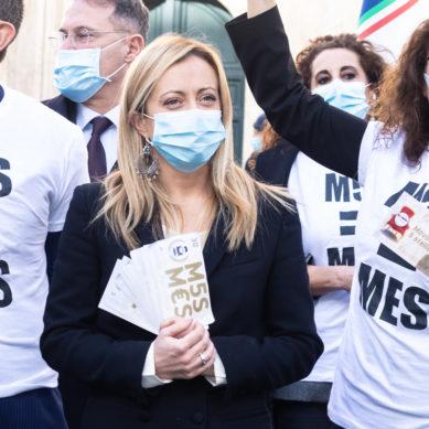 """MES, FLASH MOB DI MELONI E FDI DAVANTI LA CAMERA: """"I GRILLINI METTONO L'ITALIA ALL'ASTA"""""""