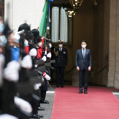 Video: Giuseppe Conte lascia Palazzo Chigi. Il lungo applauso dopo gli onori del picchetto.