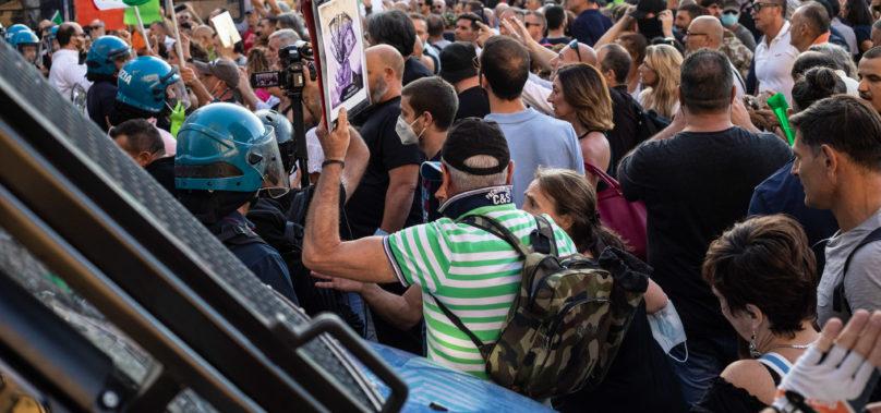 No green pass, tensione tra manifestanti e forze dell'ordine in piazza del Popolo