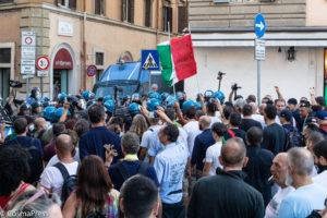 No Greenpass, manifestazione contro la tessera sanitaria a Roma.