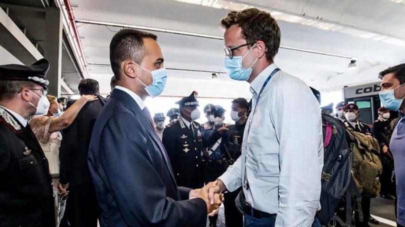 """Atterrato l'ultimo volo italiano. Di Maio a Claudi: """"Hai onorato il Paese"""""""