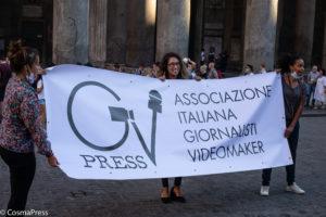 """iornalista aggredito da un no-vax, i colleghi scendono in piazza: """"Basta violenze contro di noi"""""""