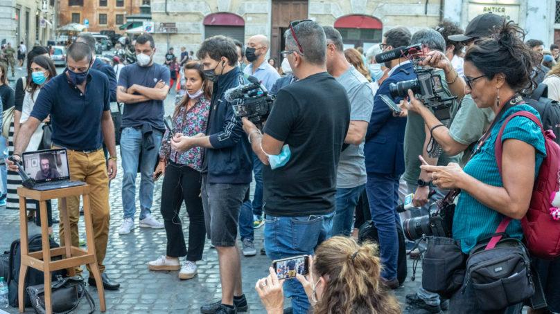 """giornalista aggredito da un no-vax, i colleghi scendono in piazza: """"Basta violenze contro di noi"""""""